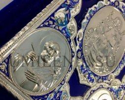 Апостол богослужебный в бархатном переплете с металлическими накладками на церковно-славянском языке