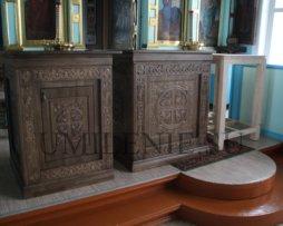 Комплект в алтарь дубовый: престол, облачение на престол, жертвенник.